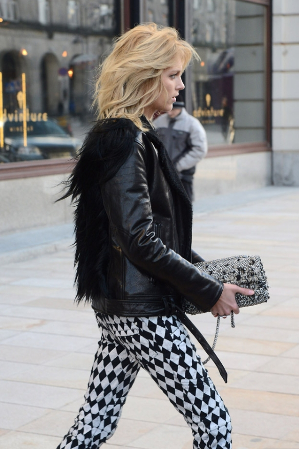 la-modella-mafia-Anja-Rubik-2013-model-street-style-in-Balmain-printed-jeans-and-fur-11