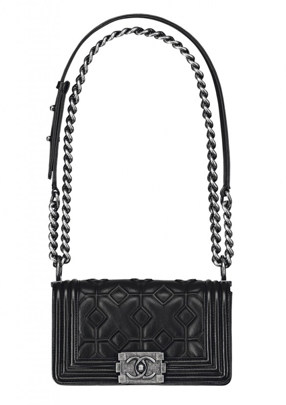 Black-embossed-leather-BOY-CHANEL-bag_Sac-BOY-CHANEL-noir-en-cuir-723x1024